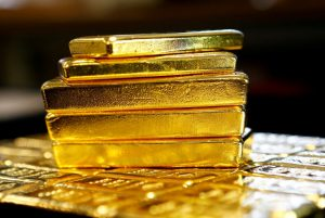 Gold jumps 1% on dollar weakness, economic uncertainty